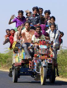 Ungdommer på trehjulsmoped